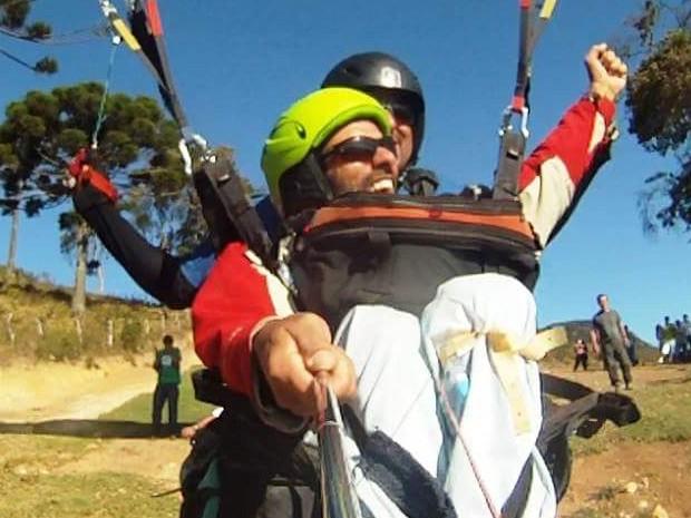 Cadeirante realiza sonho e voa de parapente em Passa Quatro, MG