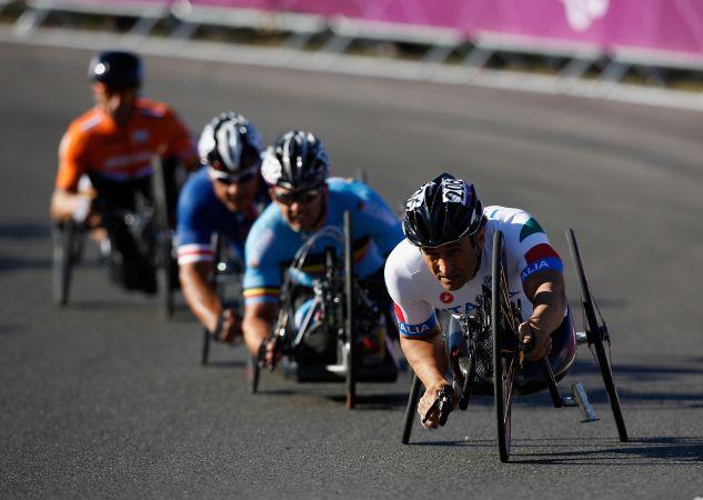 Alessandro Zanardi (D) lidera a prova da categoria H4 do ciclismo de estrada nos Jogos Paralímpicos Londres 2012 (Foto: Harry Engels/Getty Images)