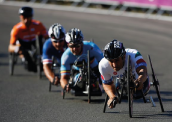 Alessandro Zanardi (D) lidera a prova da categoria H4 do ciclismo de estrada nos Jogos Paralímpicos Londres 2012 (Foto: Harry Engels/Getty Images)
