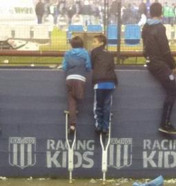Fotografia de gesto de amizade entre meninos argentinos conquista mundo
