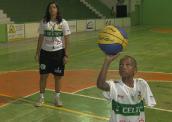 Menino se destaca no basquete