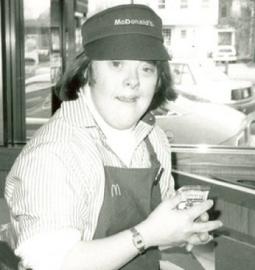 Após 32 anos de trabalho, funcionária do McDonald's com síndrome de Down se aposenta com festa