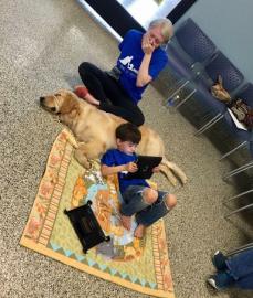 Menino com autismo que não pode ser tocado faz 'amizade instantânea' com cão terapeuta