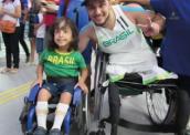 Menino cadeirante de 4 anos encontra no rugby em cadeira de rodas um ídolo e exemplo
