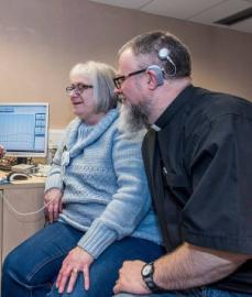 Helen e Neil se ouviram pela primeira vez em 12 anos Foto: Facebook/ University of Southampton Auditory Implant Service