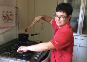 Guilherme prepara receitas para a família em casa