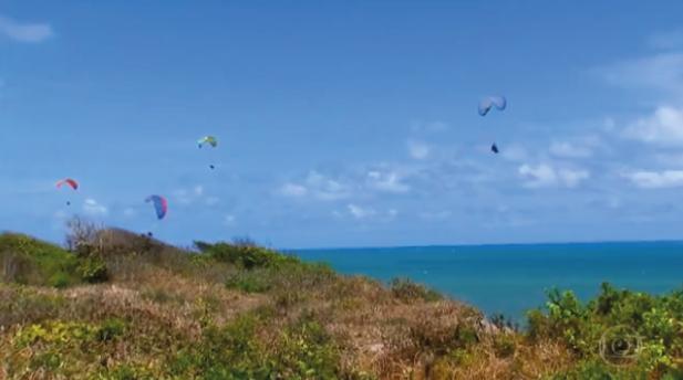 Quinze pilotos de parapente se unem no desafio de voar com 50 cadeirantes